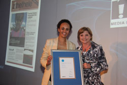 Zithethele publisher, Denise Roodt, receives the award as best grassroots newspaper from Siobhan McCarthy, Sanlam Group Head of Communications, at the Sanlam/MDDA Local Media Awards Ceremony in Johannesburg last Friday.