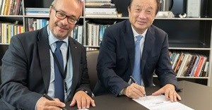 Ren Zhengfei, CEO of Huawei (right) and Andreas Kaufmann, majority shareholder and chairman of the advisory board of Leica Camera AG (left), signing the agreement on the establishment of the 'Max Berek Innovation Lab'