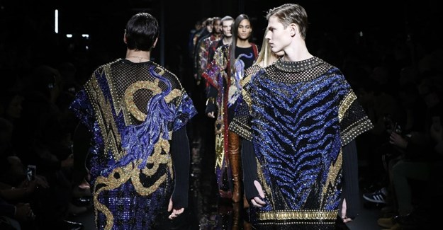 Model present creations by Balmain during men's Fashion Week for the Fall/Winter 2017/2018 collection in Paris on 21 January 2017 ()