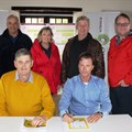 SASPA chair, Andre Smit, and Hortgro Science Advisory Council Chair and SAAPPA board member, Stephen Rabe, signed the Bee Charter. At the back Pieter Theron, Nelson de la Querra, Lynette Barnes, Hugh Campbell and Willem van der Pypekamp