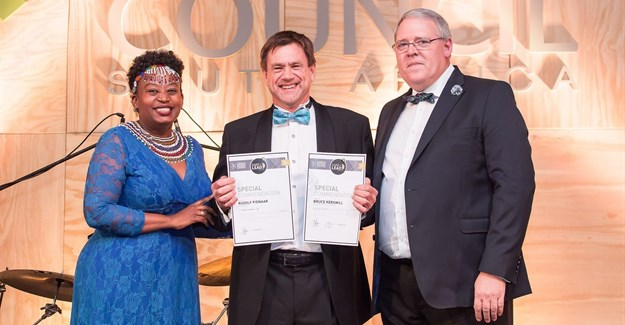 Bruce Kerswill receives his Lifetime Achievement Award from GBCSA CEO Dorah Modise and chairman Rudolf Pienaar.