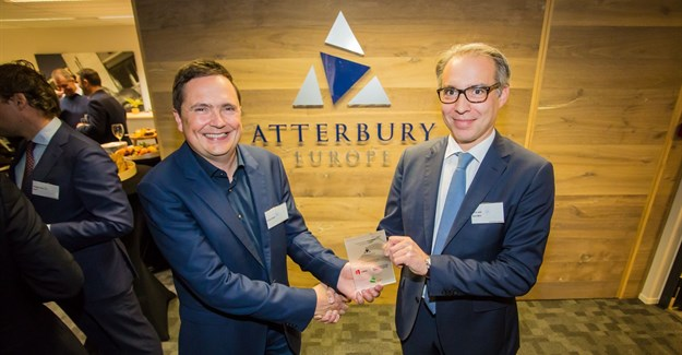 InnovationQuarter's Chris van Voorden presents a special plaque to Atterbury Europe's CEO Henk Deist, on behalf of the City of Leiden, InnovationQuarter and the NFIA. Photography: © Daniel Verkijk